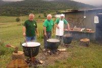 Júl 2013   skupina kuchárov, ktorá sa osvedčila pri príprave urbárskeho guľáša