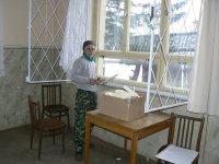 Február 2011, pán Miroslav Legát pretesňuje okná v sále KD obce Vojkovce
