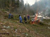 DHZ obce Vojkovce pri odstraňovaní porastov vo vodárenských objektoch  na jar 2013