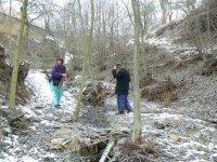 Pán Baluch Ondrej a pani Kandriková Ľuboslava očisťujú koryto potoka Studenec nad protipovodňovou úpravou
