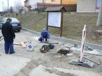 Pán Bandžuch Ladislav opravuje výšku poklopov pred obecným úradom pred opravou asfaltového povrchu
