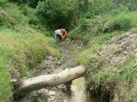Pán Kandrik František a Miroslav Legát očisťujú koryto potoka v DOLINE