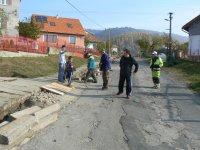 Obec Vojkovce sa dočkala výmeny živičného koberca príjazdovej cesty do obce.  Práce začali v mesiaci október 2011