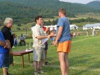 starosta obce Vojkovce odovzdáva cenu pre  domáce družstvo