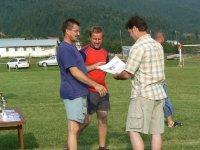 Starosta obce Rastislav Kolej ocenil na tomto futbalovom turnaji aj prácu rozhodcu p. Štefana Legáta