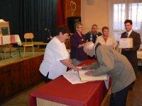 Zápis do pamätnej knihy obce  v roku 2011, zapisuje sa  pán Štefan Kollar