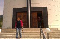 Redaktorka Martina Bačová pri kostole sv. Bartolomeja