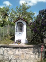 Kaplnka sv. Jána Nepomúckeho postavená pri potoku STUDENEC v roku 1829 je najstaršou zachovanou murovanou stavbou našej obce