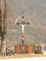 Pohľad na kríž postavený nad obcou Vojkovce pri starej ceste do susednej obce Kaľava