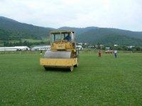 Úprava plochy futbalového ihriska v obci Vojkovce valcovaním  jún 2011