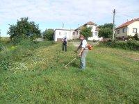 Udržiavanie obecných priestranstiev je závislé od častého kosenia. Pán Kandrik František a Bandžuch Ladislav o tom voľačo vedia