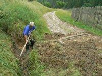Jún 2011 p. Miroslav Legát pripravuje odvodnenie odrážky vody v lokalite Dolina